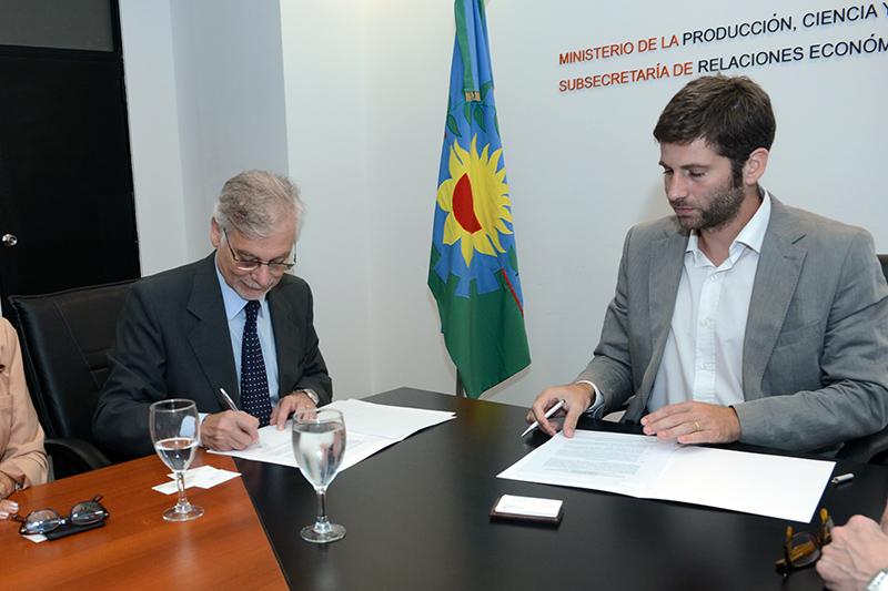 Horacio Cristiani y Carlos Matías Peralta firmando el convenio de colaboración.